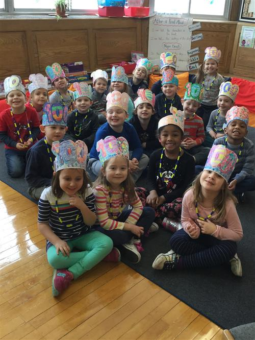 Students wearing 100-day hats
